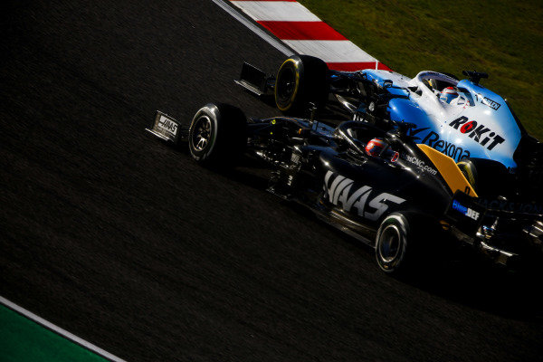 George Russell, Williams Racing FW42 and Romain Grosjean, Haas VF-19 battle