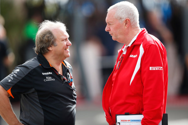 Autodromo Hermanos Rodriguez, Mexico City, Mexico. Saturday 31 October 2015. Bob Fernley, Deputy Team Principal, Force India, with John Booth, Team Principal, Manor Marussia F1. World Copyright: Charles Coates/LAT Photographic ref: Digital Image _N7T6198