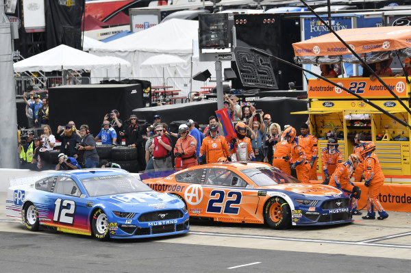 #12: Ryan Blaney, Team Penske, Ford Mustang PPG and #22: Joey Logano, Team Penske, Ford Mustang Autotrader, makes a pit stop