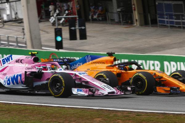 Fernando Alonso, McLaren MCL33 Renault, overtakes Esteban Ocon, Force India VJM11 Mercedes.
