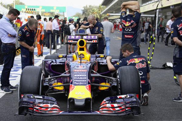 Car of Daniel Ricciardo, Red Bull RB11 Renault in the pit lane with mechanics.