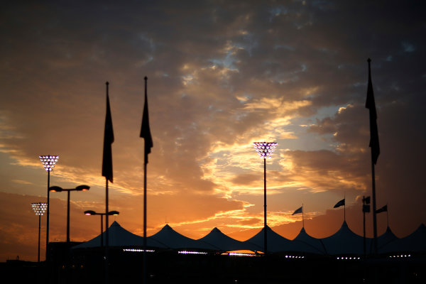 Yas Marina Circuit, Abu Dhabi, United Arab Emirates. Thursday 26 November 2015. The sun sets at the circuit. World Copyright: Alastair Staley/LAT Photographic ref: Digital Image _R6T1235