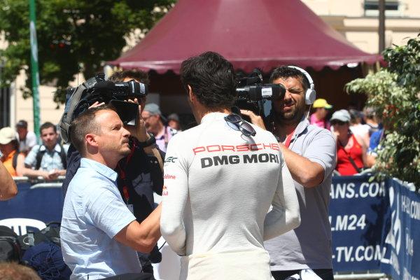 2015 Le Mans 24 Hours.  Circuit de la Sarthe, Le Mans, France.  Monday 8 June 2015.  Mark Webber, Porsche Team (Porsche 919 Hybrid - LMP1) talks to the media. World Copyright: Ebrey/LAT Photographic.  ref: Digital Image DDLP4488