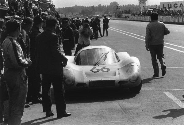 Le Mans, France. 28-29 September 1968.Dieter Spoerry/Rico Steinemann (Porsche 907/8), 2nd position, pit stop, action.World Copyright: LAT PhotographicRef: 2177 - 3A-4.