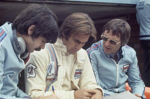 1975 Belgian Grand Prix.Zolder, Belgium. 25 May 1975.Gordon Murray (left) and Bernie Ecclestone (right) with Carlos Reutemann, Brabham BT44B-Ford, 3rd position, portrait.World Copyright: LAT PhotographicRef: 35mm transparency 75BEL