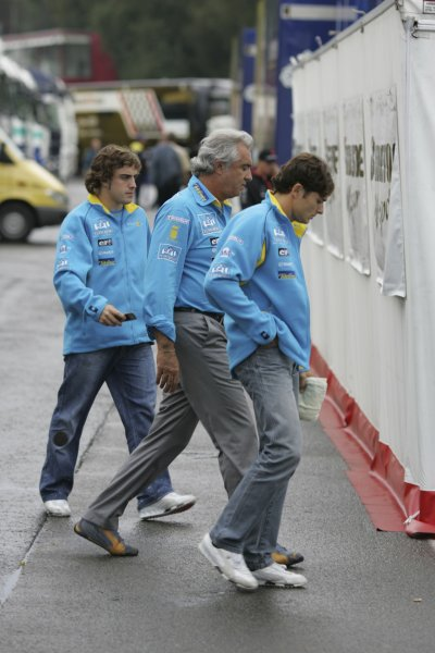 2005 Belgian Grand Prix ÐSunday Race,Spa-Francorchamps, Belgium .11th  September 2005Fernando Alonso, Renault R25, Flavio Briatore and Giancarlo Fisichella, Renault R25, in the paddock.World Copyright:Charles Coates/LAT Photographic ref:Digital Image Only (a high res version is available on request)