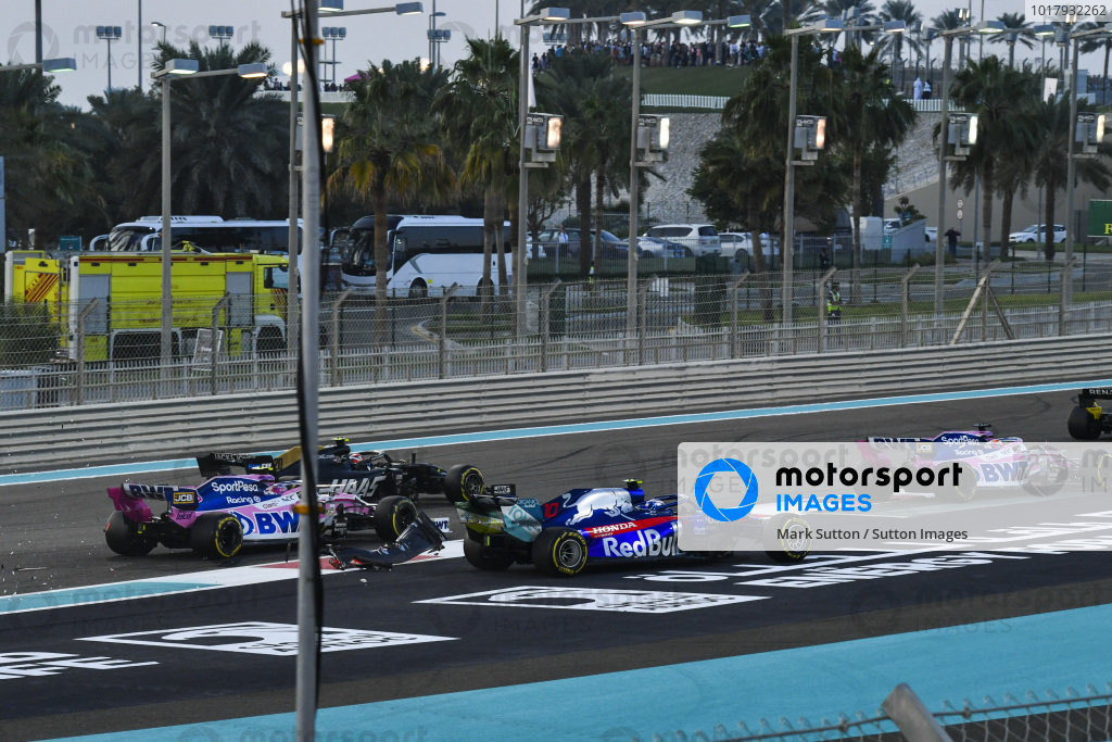 Sergio Perez, Racing Point RP19, Pierre Gasly, Toro Rosso STR14 and Lance Stroll, Racing Point RP19 make contact at the start