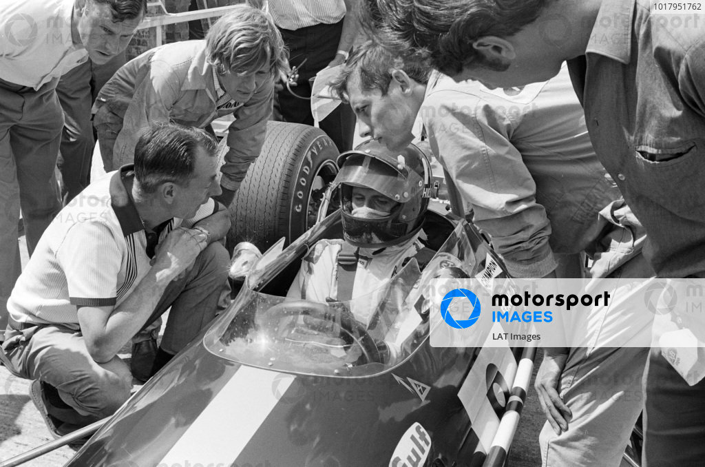 Graham Hill, Brabham BT26A Ford, speaks to Ron Tauranac and Ron Dennis.