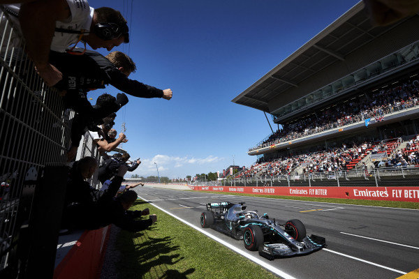 Lewis Hamilton, Mercedes AMG F1 W10, 1st position, is cheered over the line by his team