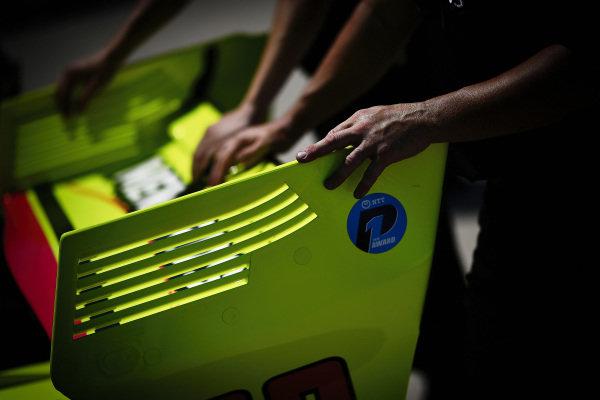 Simon Pagenaud, Team Penske Chevrolet team pushes the car