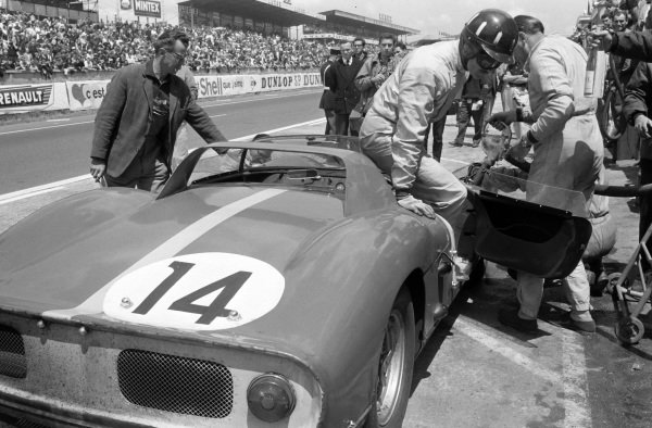 Jo Bonnier / Graham Hill, Maranello Concessionaires, Ferrari 330P, 2nd position, in the pits.