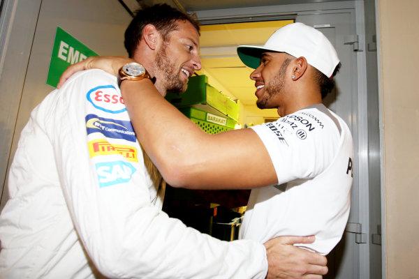 Yas Marina Circuit, Abu Dhabi, United Arab Emirates. Sunday 27 November 2016. Jenson Button, McLaren, says goodbye to former team mate Lewis Hamilton, Mercedes AMG. World Copyright: Charles Coates/LAT Photographic ref: Digital Image DJ5R0301