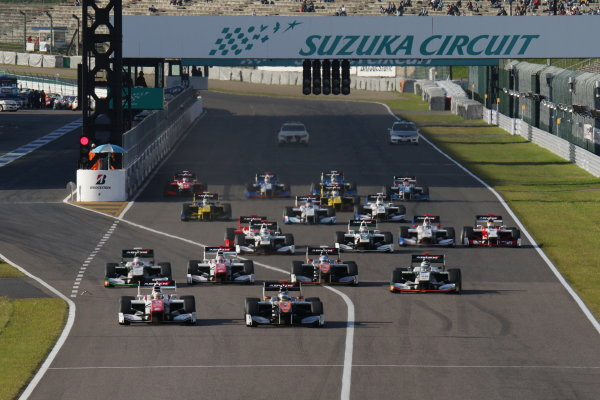 2016 Japanese Super Formula. Suzuka, Japan. 29th - 30th October 2016. Rd 7. Race 2 - Start of the race, action. World Copyright : Yasushi Ishihara / LAT Photographic. Ref : 2016SF_Rd7_SUZUKA_011