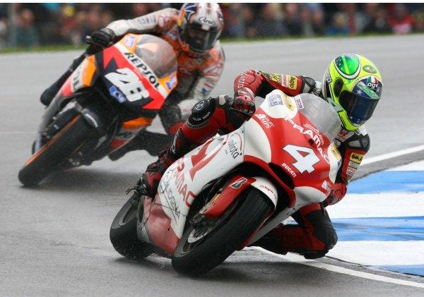 2007 Moto GP British Grand Prix.Donington Park, England.22nd-24th June 2007.Alex Barros (Pramac dÕAntin, Ducati Desmosedici GP7) leads Dani Pedrosa (Repsol Honda Team, Honda RCV 212) action.World Copyright: Kevin Wood/LAT Photographicref: Digital Image IMG_6253