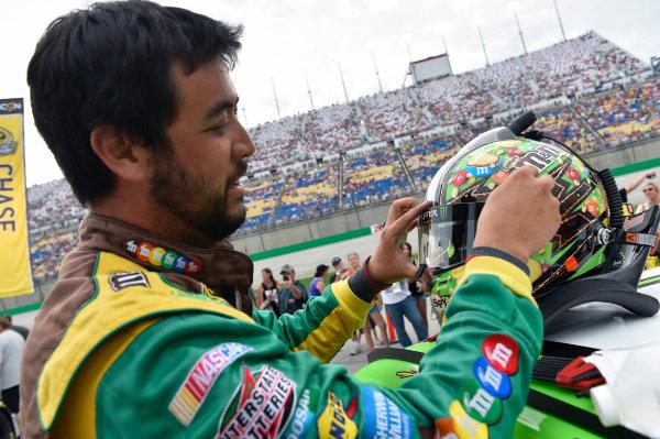 10-11 July, 2015, Sparta, Kentucky USA Chris Jones works on the helmet of Kyle Busch, M&M's Crispy Toyota Camry ?2015, Nigel Kinrade LAT Photo USA