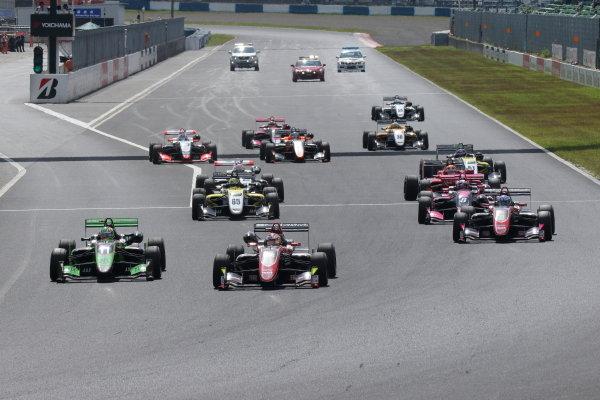Round 20. The start of the race. Ritomo Miyata, Corolla Chukyo Kuo TOM'S, Dallara F317 Toyota, leads the pack