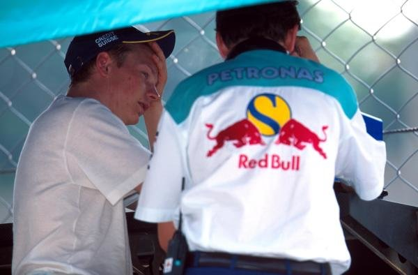 (L to R): Kimi Raikkonen (FIN) Sauber (left) talks Jacky Eeckelaert (BEL) Sauber Race Engineer. Raikkonen was fastest on the final day of testing.Formula One Testing, Monza, Italy, 3 - 6 July 2001.