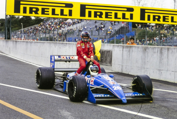 Stefan Johansson, Ligier JS31 Judd, gives Gerhard Berger a lift back to the pits.