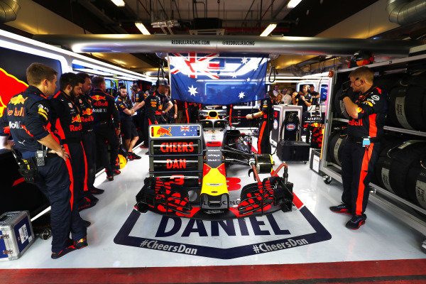 Daniel Ricciardo, Red Bull Racing RB14, prepares for his final race iwth the team in the garage