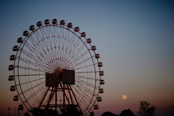 Suzuka Circuit, Suzuka, Japan.  Sunday 27 September 2015. The last hints of sunshine disappear as the moon rises behind the Ferris Wheel after the race. World Copyright: Alastair Staley/LAT Photographic ref: Digital Image _79P8544