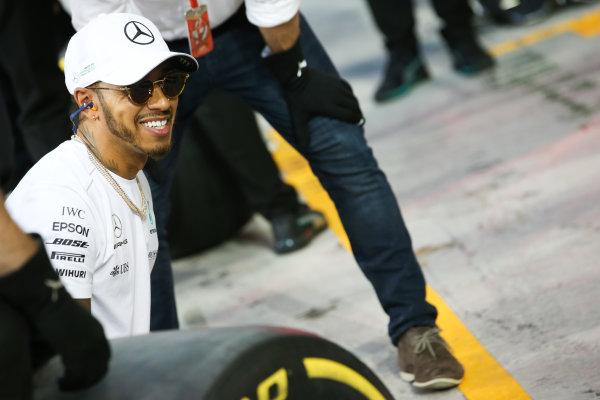 Yas Marina Circuit, Abu Dhabi, United Arab Emirates. Thursday 23 November 2017. Lewis Hamilton, Mercedes AMG, joins in with the practice pitstops. World Copyright: Charles Coates/LAT Images  ref: Digital Image AN7T0371