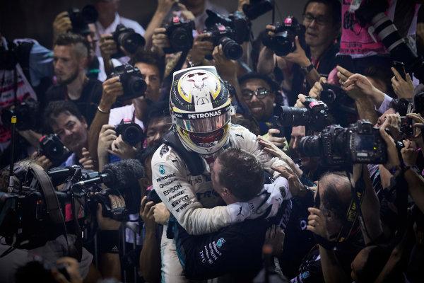 Marina Bay Circuit, Marina Bay, Singapore. Sunday 17 September 2017. Lewis Hamilton, Mercedes AMG, 1st Position, celebrates on arrival in Parc Ferme. World Copyright: Steve Etherington/LAT Images  ref: Digital Image SNE17169