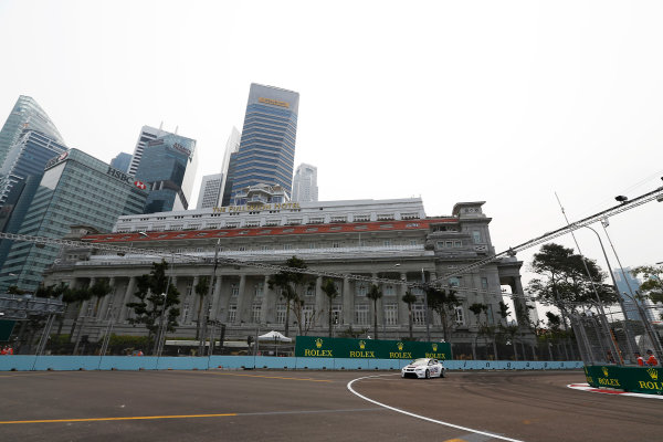 2015 TCR International Series Round 9. Marina Bay Circuit, Singapore. Friday 18 September 2015. Lorenzo Veglia, No.7 Liqui Moly Team Engstler. World Copyright: Sam Bloxham/LAT Photographic. ref: Digital Image _SBL6112