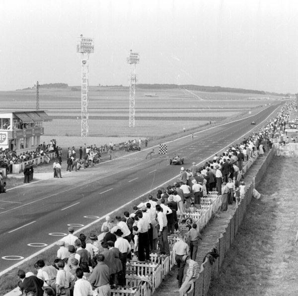 1958 French Grand Prix. Reims, France. 4-6 July 1958. Mike Hawthorn (Ferrari Dino 246) takes the chequered flag. Ref-2180. World Copyright - LAT Photographic