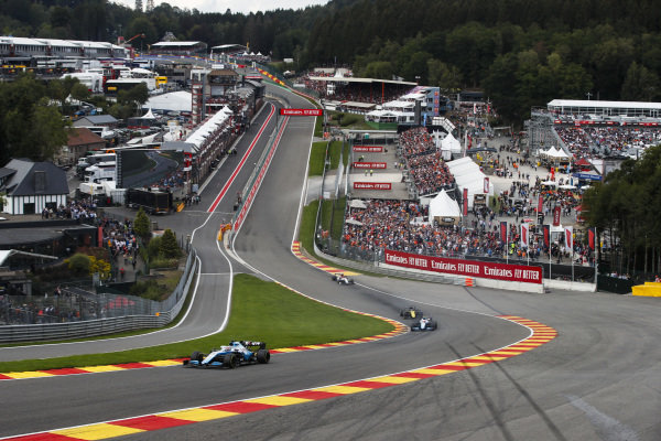 George Russell, Williams Racing FW42, leads Robert Kubica, Williams FW42, Daniel Ricciardo, Renault R.S.19, and Kimi Raikkonen, Alfa Romeo Racing C38