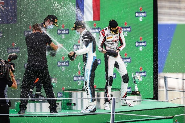 Winning Constructor Representative, Liam Lawson (NZL, HITECH GRAND PRIX), Race Winner Jake Hughes (GBR, HWA RACELAB) and Theo Pourchaire (FRA, ART GRAND PRIX) celebrate on the podium with the champagne