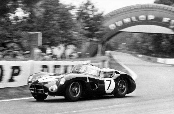 1960 Le Mans 24 hours. Le Mans, France. 25 - 26 June 1960. Jim Clark / Roy Salvadori (Aston Martin DBR1), 3rd position, action. World Copyright: LAT Photographic.