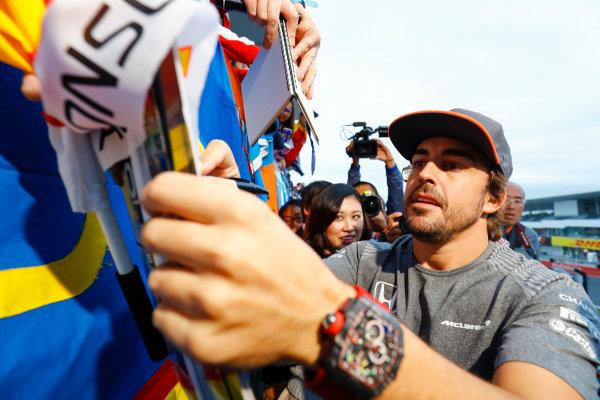 Suzuka Circuit, Japan. Thursday 05 October 2017. Fernando Alonso, McLaren, signs an autograph. World Copyright: Steven Tee/LAT Images  ref: Digital Image _O3I5265