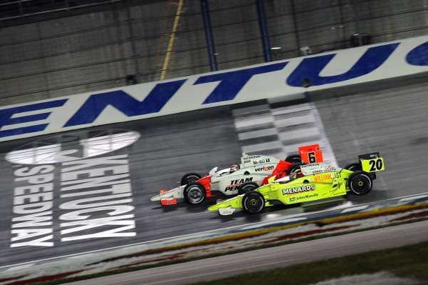 Race winner Ryan Briscoe (AUS) Team Penske, leads second placed Ed Carpenter (USA) Vision Racing.IndyCar Series, Rd12, Meijer Indy 300, Kentucky Speedway, Sparta, KY, USA. 31 July - 1 August 2009.