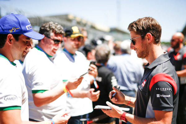 Interlagos, Sao Paulo, Brazil. Sunday 12 November 2017. Romain Grosjean, Haas F1, signs autographs for fans. World Copyright: Andy Hone/LAT Images  ref: Digital Image _ONZ5536