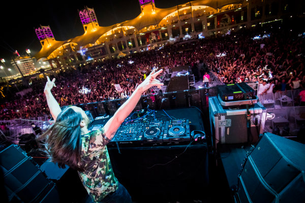 Bahrain International Circuit, Sakhir, Bahrain.  Saturday 15 April 2017. DJ Steve Aoki performs at the F1 concert. World Copyright: Sam Bloxham/LAT Images ref: Digital Image _W6I2205