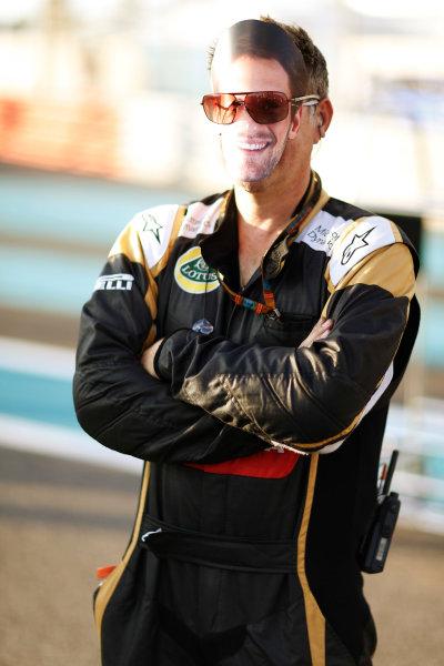 Yas Marina Circuit, Abu Dhabi, United Arab Emirates. Sunday 29 November 2015. A Lotus Mechanic Masquerades as outgoing Lotus driver Romain Grosjean, Lotus F1. World Copyright: Charles Coates/LAT Photographic ref: Digital Image _99O1642