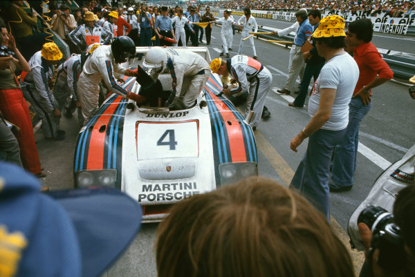 Le Mans, France. 11th - 12th June 1977.Jurgen Barth/Hurley Haywood/Jacky Ickx (Porsche 936/77), 1st position, pit stop and driver change, action. World Copyright: LAT Photographic.Ref:  77LM