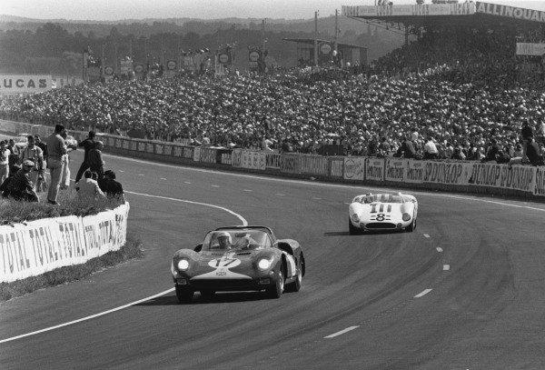 Le Mans, France. 19th - 20th June 1965 Jo Bonnier/David Piper (Ferrari 365 P2/P1), retired, leads Jo Siffert/Jochen Neerspasch (Maserati 65), retired, action. World Copyright: LAT PhotographicRef: L65 - 268 - 12.