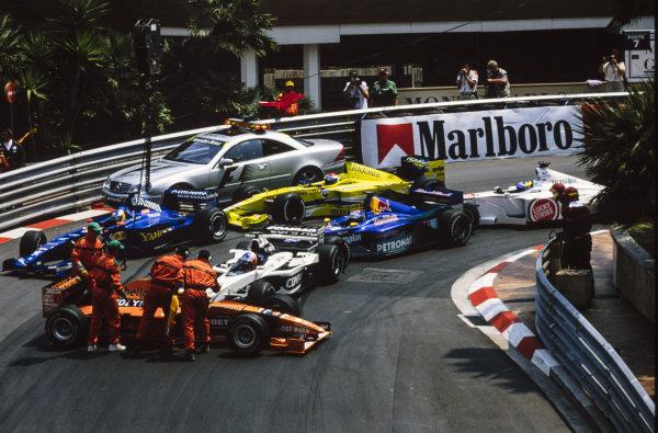 Pedro de la Rosa, Arrows A21 Supertec, spins ahead of Jenson Button, Williams FW22 BMW, Nick Heidfeld, Prost AP03 Peugeot, Pedro Diniz, Sauber C19 Petronas, Marc Gené, Minardi M02 Fondmetal, and Ricardo Zonta, BAR 002 Honda, blocking the track.