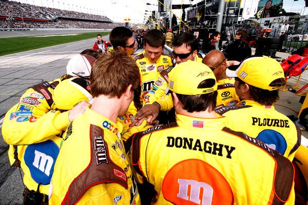 11 February, 2010, Daytona Beach, Florida USAKyle Busch's crew has a pre-race moment©2010 Lesley Ann Miller, USALAT Photographic