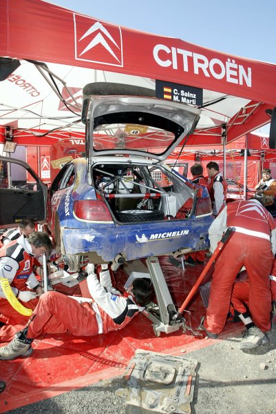 2003 FIA World Rally Championship. Kemer, Turkey. Rd3.26/2-2/3 2003.The Citroen mechanics get to work on Carlos Sainz's Citroen Xsara during a service.World Copyright: McKlein/LAT Photographic