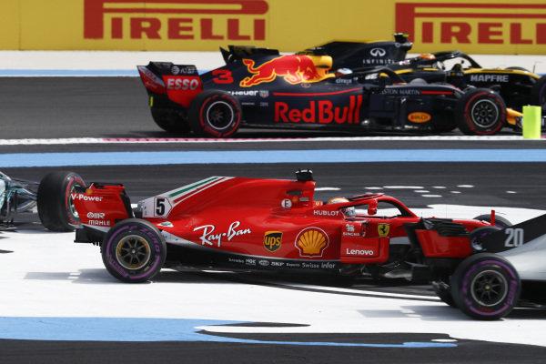 Carlos Sainz Jr., Renault Sport F1 Team R.S. 18, and Daniel Ricciardo, Red Bull Racing RB14 Tag Heuer, pass by as Sebastian Vettel, Ferrari SF71H, and Valtteri Bottas, Mercedes AMG F1 W09, go off track at the start.