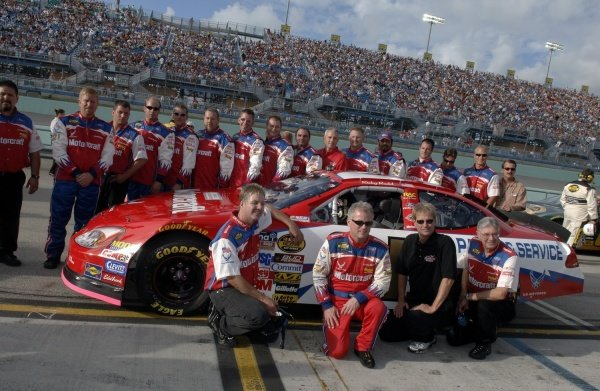 Ricky Rudd (USA) poses with the Wood Brothers and team prior to his final fulltime Nextel Cup Series race.  NASCAR Nextel Cup, Rd36, Homestead-Miami Speedway, Florida, USA, 20 November 2005. DIGITAL IMAGE