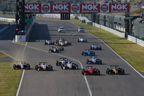 2017 Japanese Formula 3 Championship. Suzuka, Japan. 22nd - 23rd April 2017. Rd 4 & 5. Start of the Round 5, action World Copyright: Yasushi Ishihara / LAT Images. Ref: 2017JF3_Rd5_001