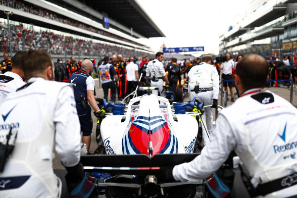 Sergey Sirotkin, Williams FW41 being rolled onto the grid