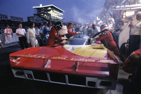 Hans-Joachim Stuck / Klaus Ludwig / Derek Bell, Porsche AG, Porsche 962 C, during a pitstop.