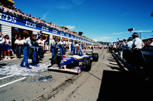 1995 Australian Grand Prix. Adelaide, Australia. 10-12 November 1995. Damon Hill (Williams FW17B Renault) celebrates his win with the team in the pit lane on the way to parc ferme. Ref-95 AUS 04. World Copyright - LAT Photographic