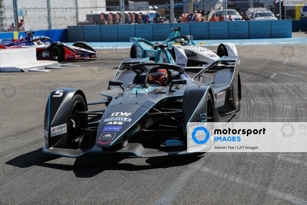Stoffel Vandoorne (BEL), HWA Racelab, VFE-05 leadsOliver Turvey (GBR), NIO Formula E, NIO Sport 004 and Jérôme d'Ambrosio (BEL), Mahindra Racing, M5 Electro