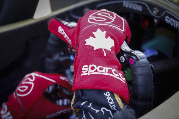 James Hinchcliffe, Arrow Schmidt Peterson Motorsports Honda, gloves