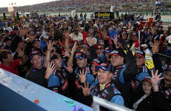 NASCAR Winton Cup Ford 400, Homestead-Miami Speedway, Homestead, Florida, USA 17 November,2002 The Rubbermaid crew holds up four fingers for four wins in 2002.Copyright-F Peirce Williams/MMP-Inc. 2002 LAT Photographic